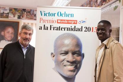 Victor Ochen con el director de Mundo Negro P. Jaume Calvera